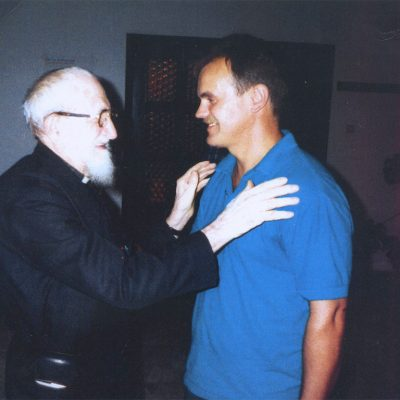 L'Abbé Pierre i Zbyszek Drążkowski w Oświęcimiu